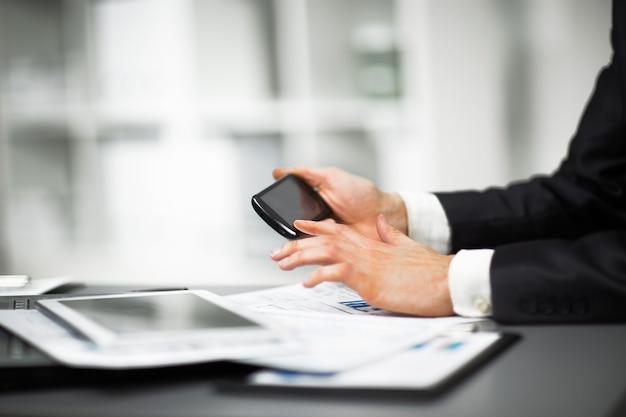 Empresário segurando um telefone