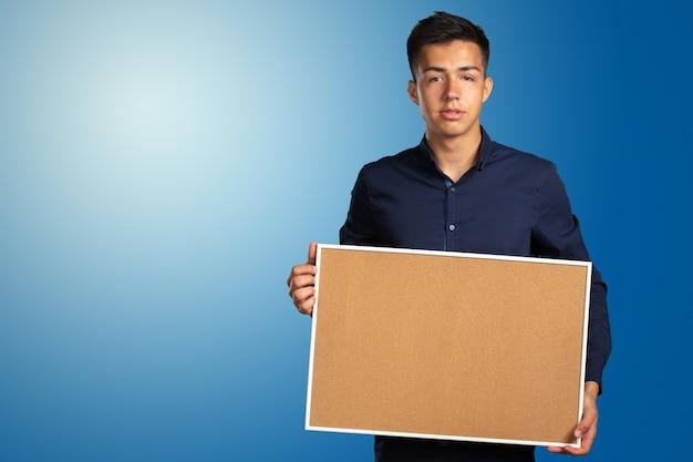Empresário segurando uma placa em branco