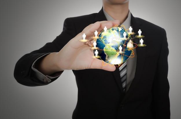 Empresário segurando uma terra do planeta com símbolos pessoas