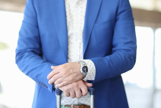 Empresário segurar a alça da mala close-up.