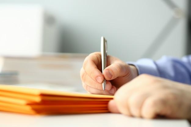 Empresário segurar mão caneta prata.