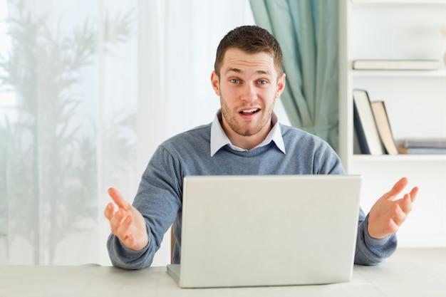 Empresário sem noção sobre seu notebook em seu homeoffice
