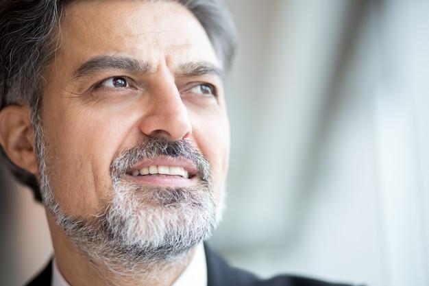 Empresário sênior bem sucedido com barba cinzenta