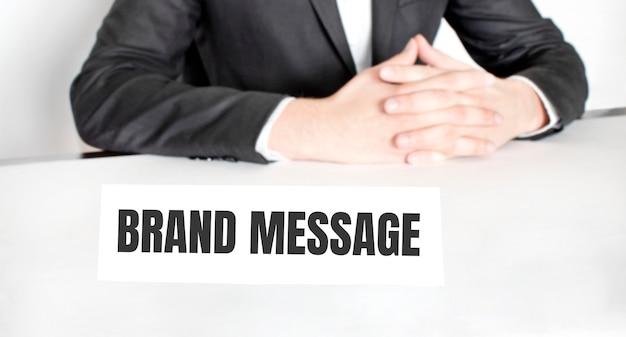 Empresário sentado à mesa e quadro indicador com texto