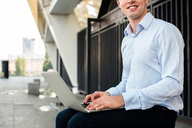 Empresário sentado com laptop