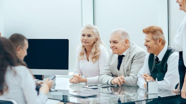 Empresário sentado em sua mesa no escritório