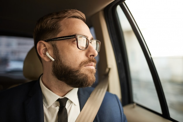 Empresário sentado no táxi