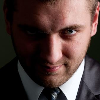 Empresário sério olhando para você