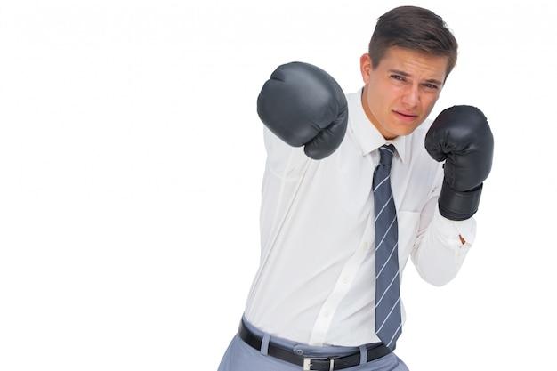 Empresário socos com luvas de boxe pretas