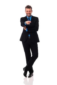 Empresário sorridente apontando para a câmera