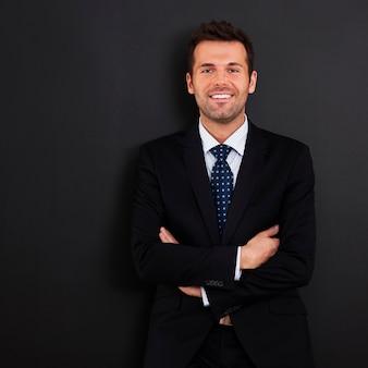 Empresário sorridente com os braços cruzados