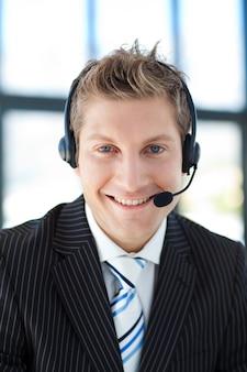 Empresário sorridente com um fone de ouvido