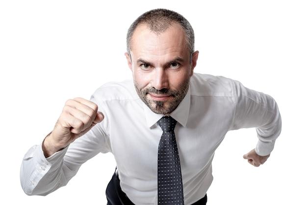 Empresário sorridente e determinado correndo para o sucesso. isolado no branco.