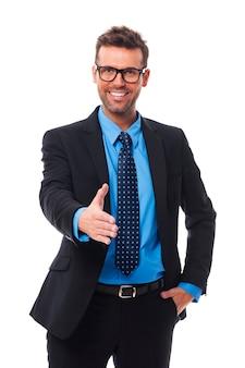 Empresário sorridente e feliz dando a mão para um aperto de mão