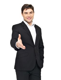 Empresário sorridente em terno preto dá aperto de mão isolado no branco.