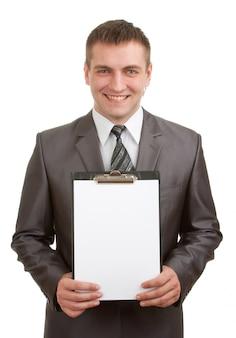Empresário sorridente segurando a prancheta
