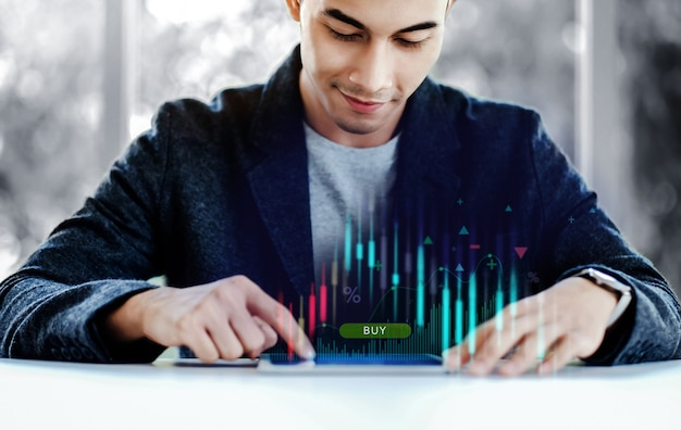 Empresário sorridente usando tablet digital para comprar e vender no mercado de ações na plataforma de câmbio global. investimento online. estilo de vida das pessoas modernas
