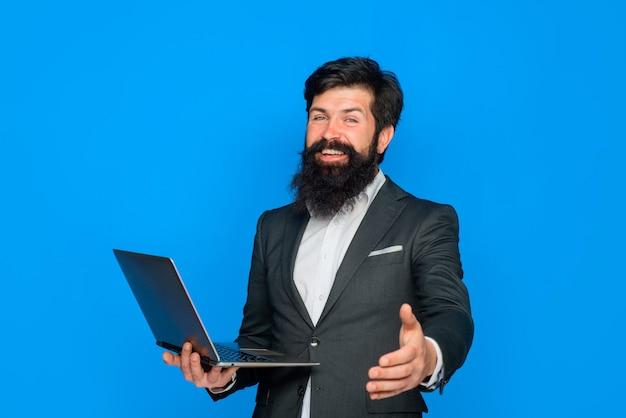 Empresário sorridente vai apertar a mão de um negócio bem sucedido conceito de aperto de mão empresário segura