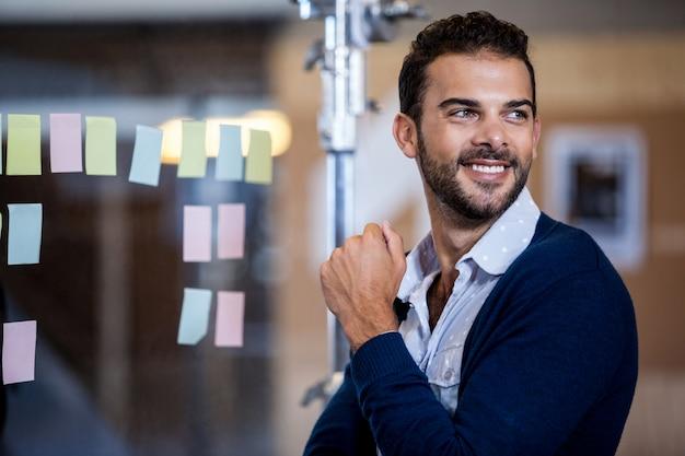 Empresário sorrindo e olhando para longe