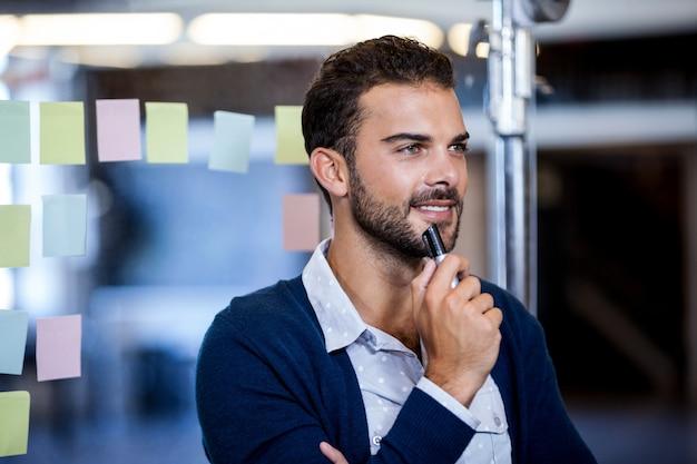 Empresário sorrindo e refletindo