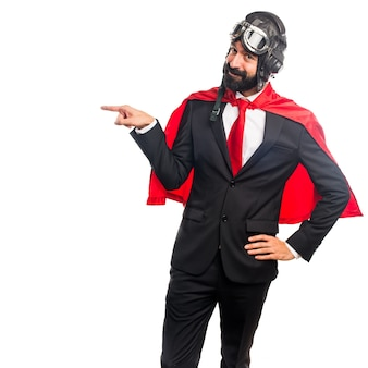 Empresário super-herói apontando para o lateral