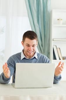 Empresário surpreso com seu laptop em seu homeoffice
