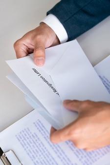 Empresário tem estresse para renúncia e assinar a carta de contrato de cancelamento, mudança de desemprego no trabalho ou renunciar conceito