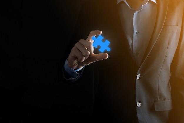 Empresário tem uma peça do quebra-cabeça em suas mãos.