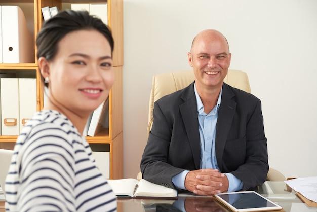 Empresário tem uma reunião no escritório