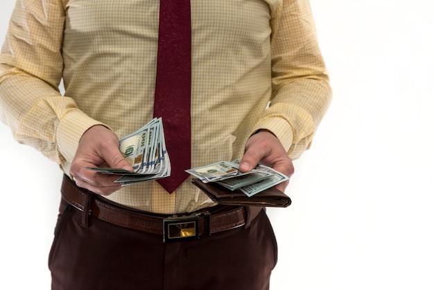 Empresário tira uma nota de 100 dólares da carteira para fazer uma compra ou aluguel, isolado no branco. homem nos segure dinheiro