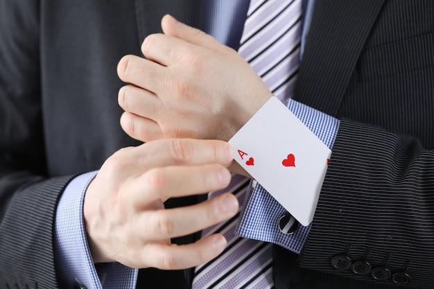 Empresário tirando um ás do bolso da jaqueta, close-up