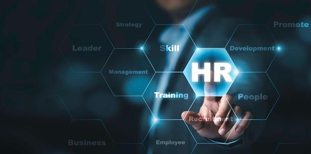 Empresário tocando a tela virtual com infográfico e redação de rh, conceito de desenvolvimento e recrutamento humano.