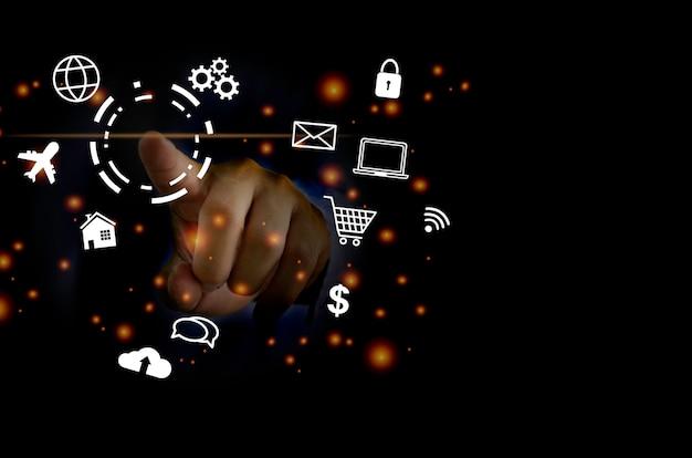 Empresário tocando ícone de negócios digitais, marketing e conexão de rede on-line social de compras na interface virtual moderna.
