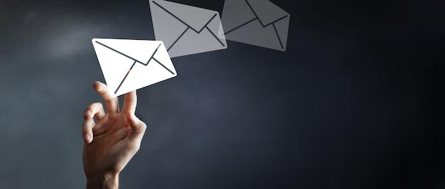 Empresário tocando no ícone do mail