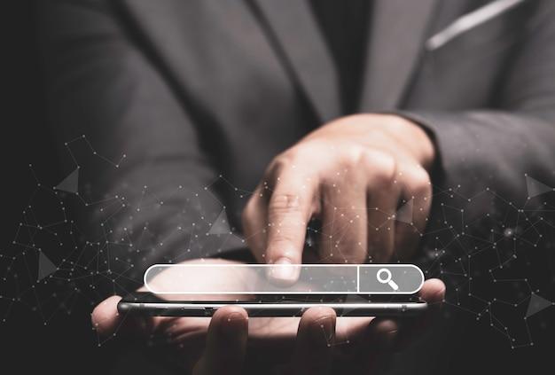 Empresário tocando no smartphone para usar a pesquisa.