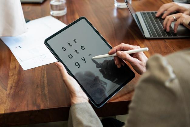 Empresário tomando nota em um tablet digital