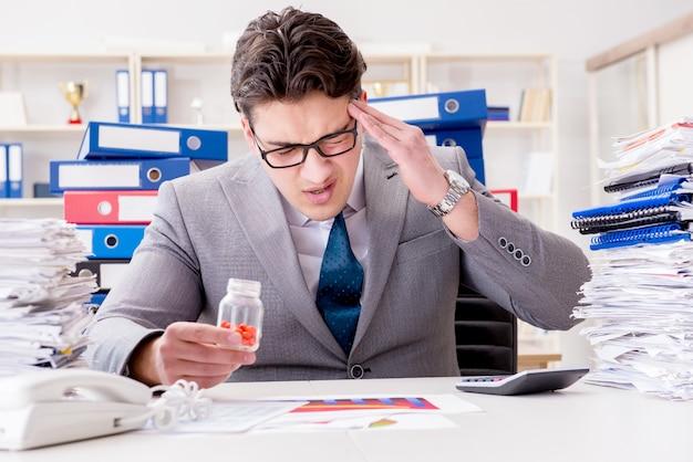 Empresário tomando pílulas para lidar com o estresse
