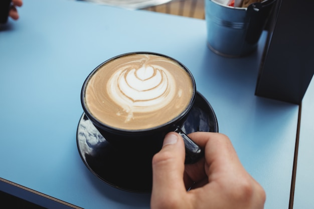 Empresário tomando uma xícara de café