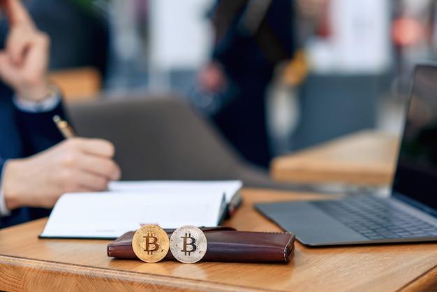 Empresário trabalha em seu local de trabalho com notebook, laptop e faz um plano de negócios
