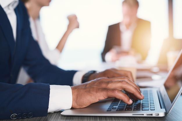 Empresário trabalha no escritório com um laptop. conceito de compartilhamento de internet e inicialização de empresa
