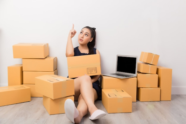 Empresário trabalhando com caixas