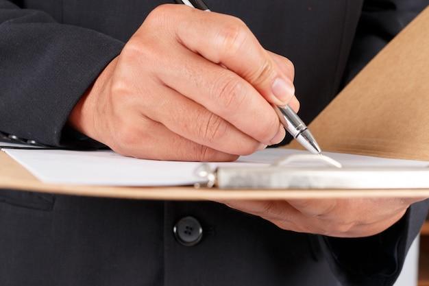 Empresário trabalhando com documentos assinar contrato