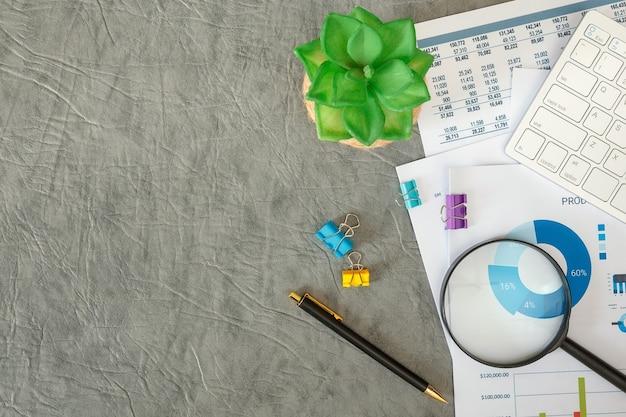 Empresário trabalhando com documentos e teclado na mesa do escritório, vista superior