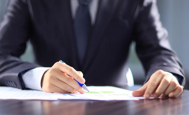 Empresário trabalhando com documentos no escritório