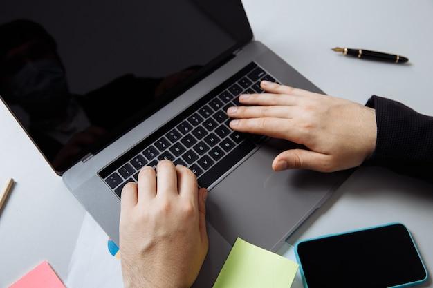 Empresário trabalhando com laptop na mesa do escritório