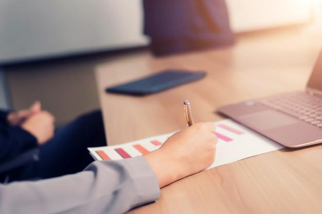 Empresário trabalhando com laptop na sala de seminário