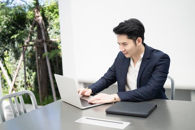 Empresário trabalhando com laptop no café, conceito de negócio