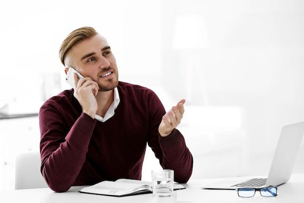 Empresário trabalhando com laptop no escritório