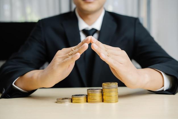 Empresário, trabalhando com moeda dinheiro moeda.