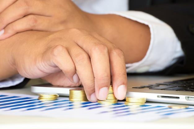 Empresário, trabalhando com moedas de ouro.